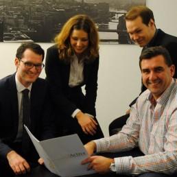 Dr.-Norbert-Warnken-Vorstand-der-PTSGroup-erhält-die-Studie-zur-Generation-Y-von-der-studentischen-Unternehmensberatung-Active-ev