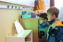 PTSGroup_KALLE-macht-Schule_Schulkinder betrachten KALLE